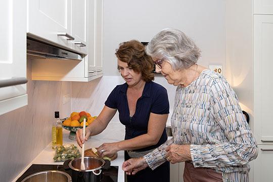 Saar is aan het koken bij ouderen thuis