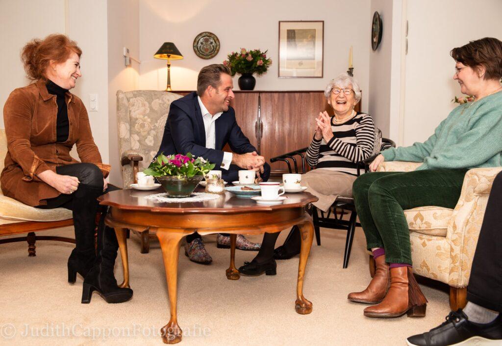 Minister Huge de Jonge op bezoek bij oudere samen met Saar aan Huis