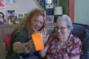 Saar stelt de rest familie gerust door met ouderen te videobellen