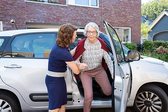 Saar ondersteunt oudere bij uitstappen auto