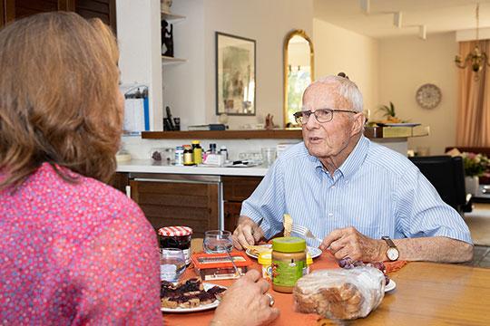 Saar bij ouderen thuis op bezoek als mantelzorger