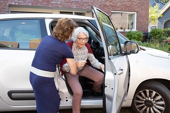 Saar aan Huis biedt begeleiding bij doktersbezoek en brengt ouderen naar het ziekenhuis